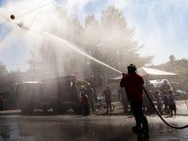 Demonstração dos sapadores-bombeiros com o homem na silhueta fotos de stock royalty free