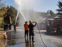 Demonstração dos sapadores-bombeiros com o homem na silhueta imagens de stock royalty free
