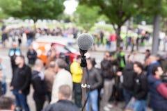 Demonstração política do protesto Microfone no foco contra o bl fotografia de stock royalty free