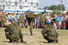 Demonstrações dos soldados durante a celebração das forças transportadas por via aérea Foto de Stock