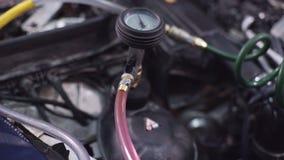 Demonstra como mudar o óleo no carro do deslocamento da caixa de engrenagens na estação vídeos de arquivo