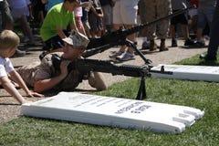 demonstraci pistoletu maszyny żołnierz piechoty morskiej Fotografia Royalty Free