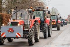 Demonstracja gniewnymi rolnikami z rzędami ciągniki zdjęcia stock