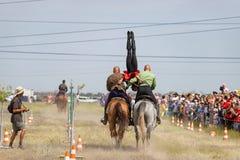 Demonstracja Kozacki equestrian klub sportowy z akrobatycznymi elementami i sztuczkami zdjęcia royalty free
