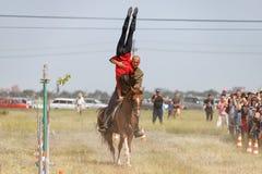 Demonstracja Kozacki equestrian klub sportowy z akrobatycznymi elementami i sztuczkami fotografia royalty free