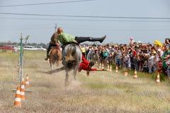 Demonstracja Kozacki equestrian klub sportowy z akrobatycznymi elementami i sztuczkami obrazy royalty free