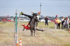 Demonstracja Kozacki equestrian klub sportowy z akrobatycznymi elementami i sztuczkami obraz royalty free