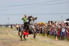 Demonstracja Kozacki equestrian klub sportowy z akrobatycznymi elementami i sztuczkami obrazy stock