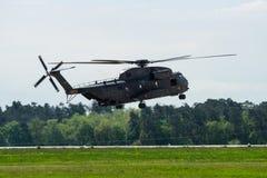 Demonstracja lot średni oszczędnościowy militarny śmigłowcowy NHIndustries NH90 Zdjęcie Stock