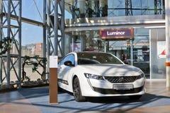 Demonstracja nowy samochodu model Peugeot 508 w wielkiej centrum handlowe panoramie zdjęcie stock