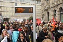 demonstracja w ZÃ ¼ bogatym mieście Pieniężny gromadzki Paradeplatz przed UBS i Credit Suisse zdjęcie royalty free