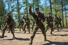 Demonstracja występy Rosyjscy Powietrznych oddziałów wojskowych żołnierze przy wielkie zwycięstwo dniem w Omsk Maj 9, 2017 Zdjęcia Stock