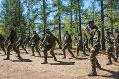Demonstracja występy Rosyjscy Powietrznych oddziałów wojskowych żołnierze przy wielkie zwycięstwo dniem w Omsk Maj 9, 2017 Fotografia Royalty Free