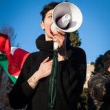 Demonstrador com megafone que protesta contra o governo em Milão, Itália imagens de stock