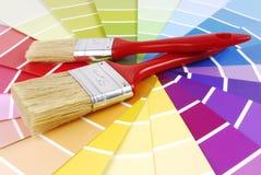 Demonstrador do guia da cor e escova de pintura Imagens de Stock