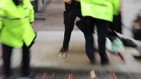 Demonstradores da captura dos agentes da polícia com projéteis ilegais video estoque