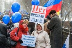 Demonstradores do russo que guardaram cartazes Fotografia de Stock Royalty Free