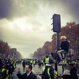 Demonstradores durante um protesto em vestes amarelas fotos de stock