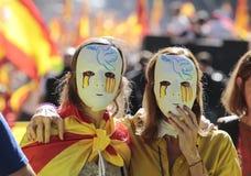 Demonstradores que vestem máscaras durante o demosntration da unidade em Barcelona Fotografia de Stock
