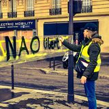 Demonstranci podczas protesta w żółtych kamizelkach zdjęcie royalty free