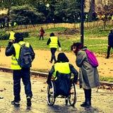 Demonstranci podczas protesta w żółtych kamizelkach zdjęcia royalty free