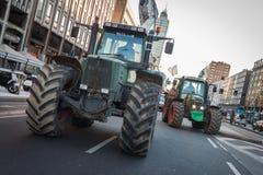 Demonstranci protestuje przeciw rzędowi w Mediolan na ciągnikach, Włochy fotografia stock