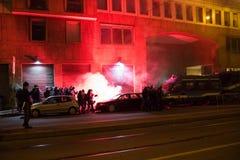 Demonstranci wszczyna dymnych kanistery utrzymywać porządek przed Tureckim konsulatem w Mediolan, Włochy Zdjęcie Stock
