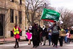Demonstranci z saudyjczykiem - arabska flaga w Portland zdjęcia royalty free