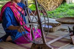 Demonstrando como métodos tradicionais de seda usando a seda Imagens de Stock Royalty Free