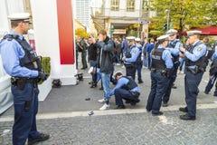 Demonstrant es comprobado por la policía en el 25to aniversario de U alemán Imagenes de archivo