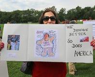 Demonstrant gegen Christie, wie er für Vorsitz erklärt Lizenzfreie Stockbilder