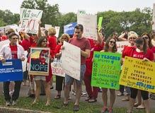 Demonstranten gegen Christie, wie er für Vorsitz erklärt Stockfotos