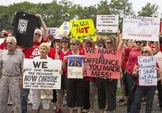 Demonstranten gegen Christie, wie er für Vorsitz erklärt Stockbild