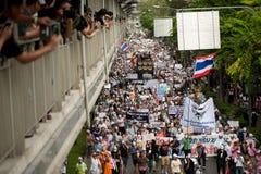 Demonstranten von regierungsfeindlichem V für Thailand-Gruppen tragen Stockbild