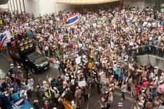 Demonstranter från anti--regering V för Thailand grupper bär Royaltyfri Fotografi