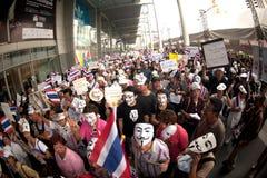 Demonstranter från anti--regering V för Thailand grupper bär Royaltyfria Foton