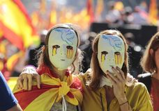 Demonstranter som bär maskeringar under enhetdemosntration i barcelona Arkivbild