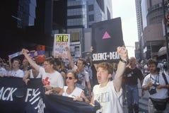 Demonstranter som skanderar på HJÄLPMEDEL, samlar, New York City, New York Arkivfoton