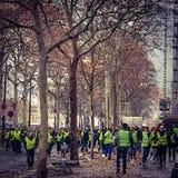 Demonstranter under en protest i gula västar arkivfoto