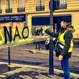 Demonstranter under en protest i gula västar royaltyfri foto