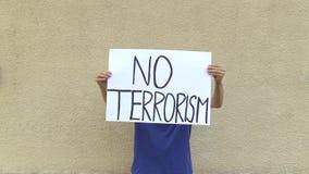 Demonstratie tegen terrorisme en verschrikking, banner geen terrorisme stock footage