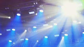 Demonstratie van overvloed van van een lus voorzien stadiumlichten, laserscanons over concertzaal stock videobeelden
