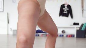 Demonstratie van vrouw die oefening van het zitten omhoog met naakte uitgebreide benen doen stock videobeelden