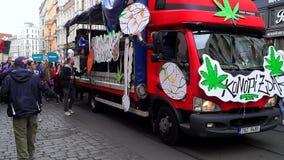 Demonstratie voor de legalisatie van marihuana, maart van miljoenen voor marihuana in Praag 2019 stock footage