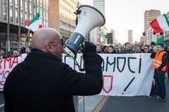 Demonstratiesysteem die met megafoon tegen de overheid in Milaan, Italië protesteren Stock Foto