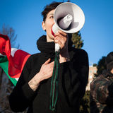 Demonstratiesysteem die met megafoon tegen de overheid in Milaan, Italië protesteren Stock Afbeeldingen