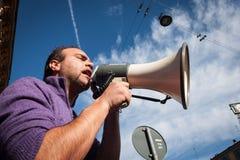 Demonstratiesysteem die met megafoon tegen de overheid in Milaan, Italië protesteren Royalty-vrije Stock Foto's