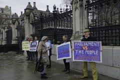 Demonstratiesystemen bij de poorten van de huizen van het parlement voor brexit-1 royalty-vrije stock foto
