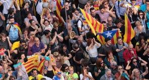 Demonstratiesystemen die na de verklaring van onafhankelijkheid van Catalonië in centraal Barcelona vieren royalty-vrije stock afbeeldingen