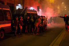 Demonstratiesystemen die rookbussen lanceren aan politie voor het Turkse consulaat in Milaan, Italië Royalty-vrije Stock Foto